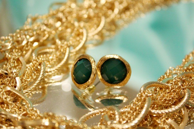 emerald_earring_and_gold_neck