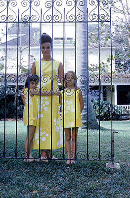 Lilly-Pulitzer-poses-with-her-daughters-Minnie